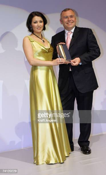 Anna Netrebko recieves her award from Austrian Chancellor Dr Alfred Gusenbauer at the Goldene Feder 2007 Award on May 10 2007 in Hamburg Germany