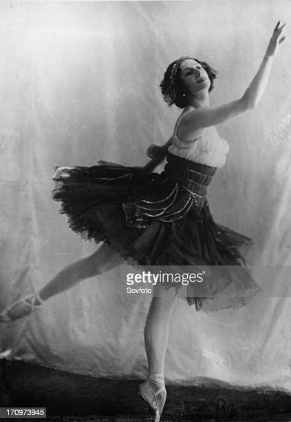 Anna pavlova legendary russian ballerina in a concert performance of 'grasshopper'