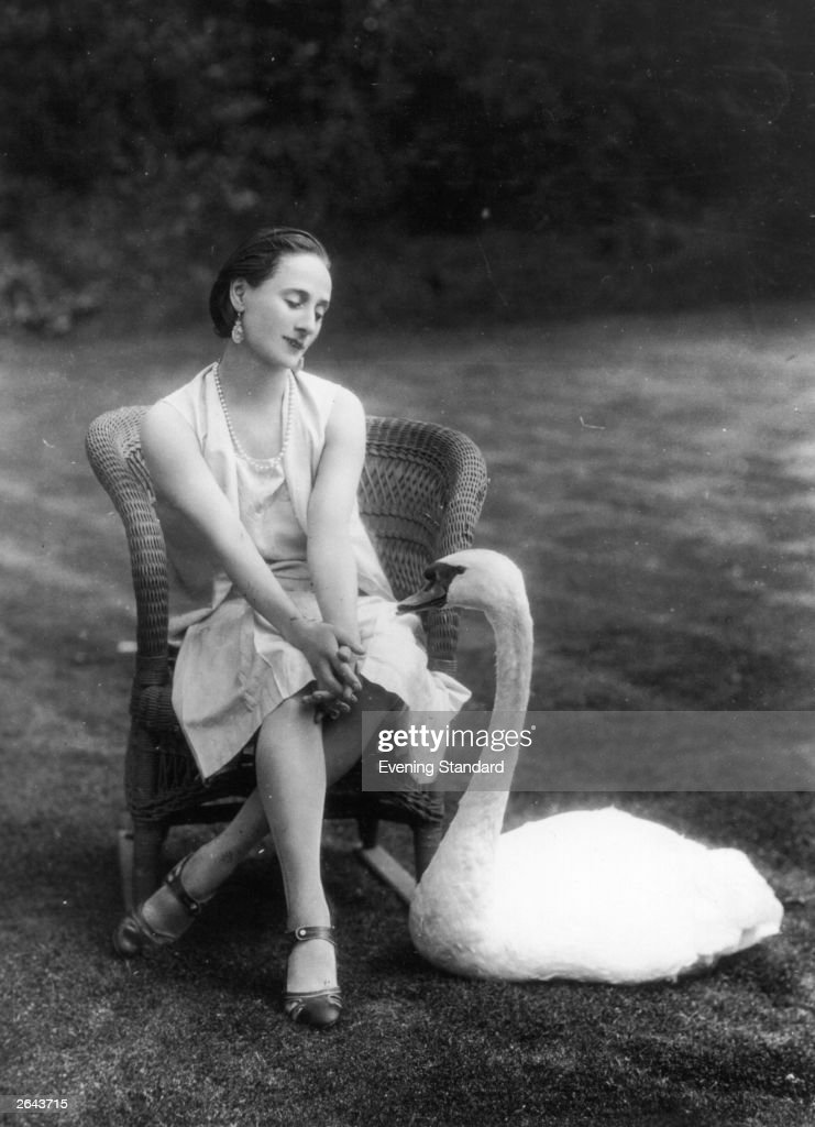 <a gi-track='captionPersonalityLinkClicked' href=/galleries/search?phrase=Anna+Pavlova+-+Ballet+Dancer&family=editorial&specificpeople=12866185 ng-click='$event.stopPropagation()'>Anna Pavlova</a> (1885 - 1931) the Russian ballerina in the company of a swan at her London home, Ivy Lodge in Hampstead.