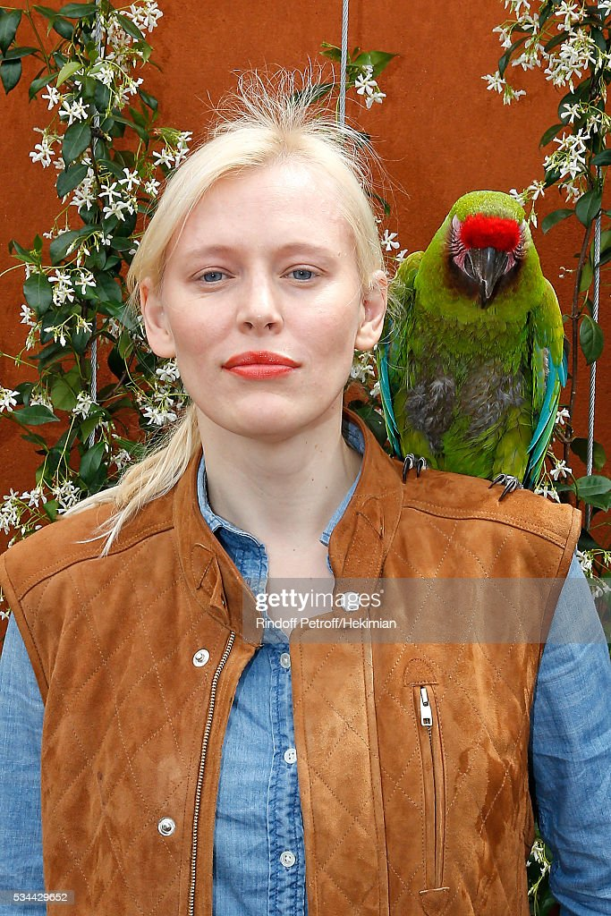 <a gi-track='captionPersonalityLinkClicked' href=/galleries/search?phrase=Anna+Sherbinina&family=editorial&specificpeople=5633329 ng-click='$event.stopPropagation()'>Anna Sherbinina</a> and parrot Zoe attend the 2016 French Tennis Open - Day Four at Roland Garros on May 25, 2016 in Paris, France.