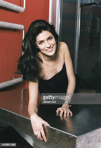 Anna Valle Schauspielerin und italienische Schönheitskönigin posiert in einem trägerlosen schwarzen Kleid auf einer metallenen Platte Aufgenommen...