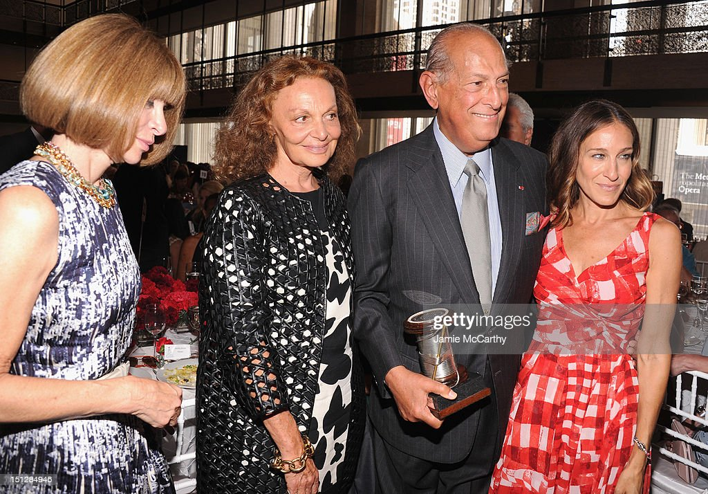 <a gi-track='captionPersonalityLinkClicked' href=/galleries/search?phrase=Anna+Wintour&family=editorial&specificpeople=202210 ng-click='$event.stopPropagation()'>Anna Wintour</a>, Diane Von Furstenberg, Designer <a gi-track='captionPersonalityLinkClicked' href=/galleries/search?phrase=Oscar+de+la+Renta+-+Fashion+Designer&family=editorial&specificpeople=4301010 ng-click='$event.stopPropagation()'>Oscar de la Renta</a> and actress <a gi-track='captionPersonalityLinkClicked' href=/galleries/search?phrase=Sarah+Jessica+Parker&family=editorial&specificpeople=201693 ng-click='$event.stopPropagation()'>Sarah Jessica Parker</a> attend the 2012 Couture Council for the Museum at FIT Award for Artistry of Fashion to <a gi-track='captionPersonalityLinkClicked' href=/galleries/search?phrase=Oscar+de+la+Renta+-+Fashion+Designer&family=editorial&specificpeople=4301010 ng-click='$event.stopPropagation()'>Oscar de la Renta</a> at the David H. Koch Theater at Lincoln Center on September 5, 2012 in New York City.