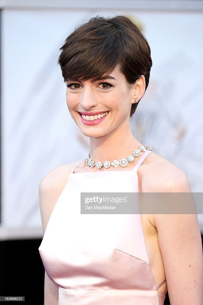 Anne Hathaway arrives at the 85th Annual Academy Awards at Hollywood & Highland Center on February 24, 2013 in Hollywood, California.