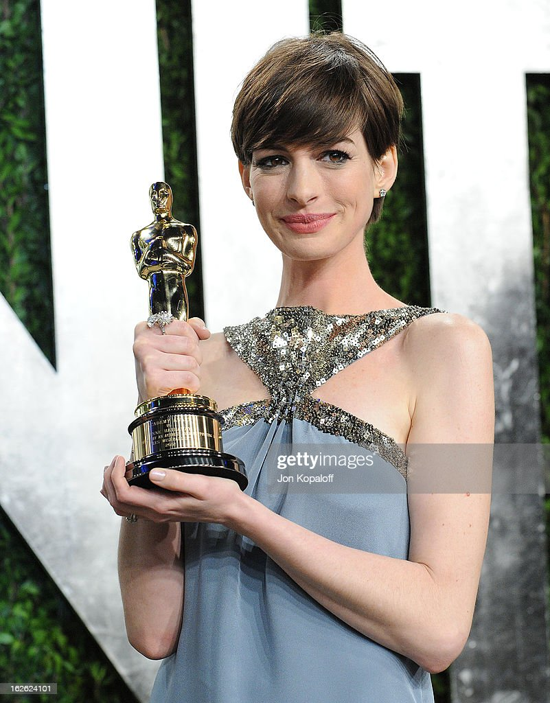 Anne Hathaway attends the 2013 Vanity Fair Oscar party at Sunset Tower on February 24, 2013 in West Hollywood, California.