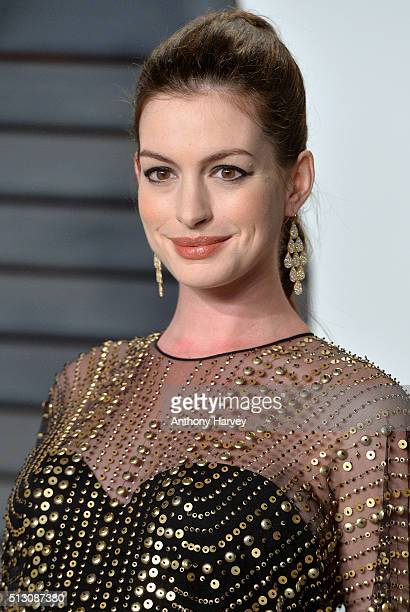 Anne Hathaway attends the 2016 Vanity Fair Oscar Party hosted By Graydon Carter at Wallis Annenberg Center for the Performing Arts on February 28...