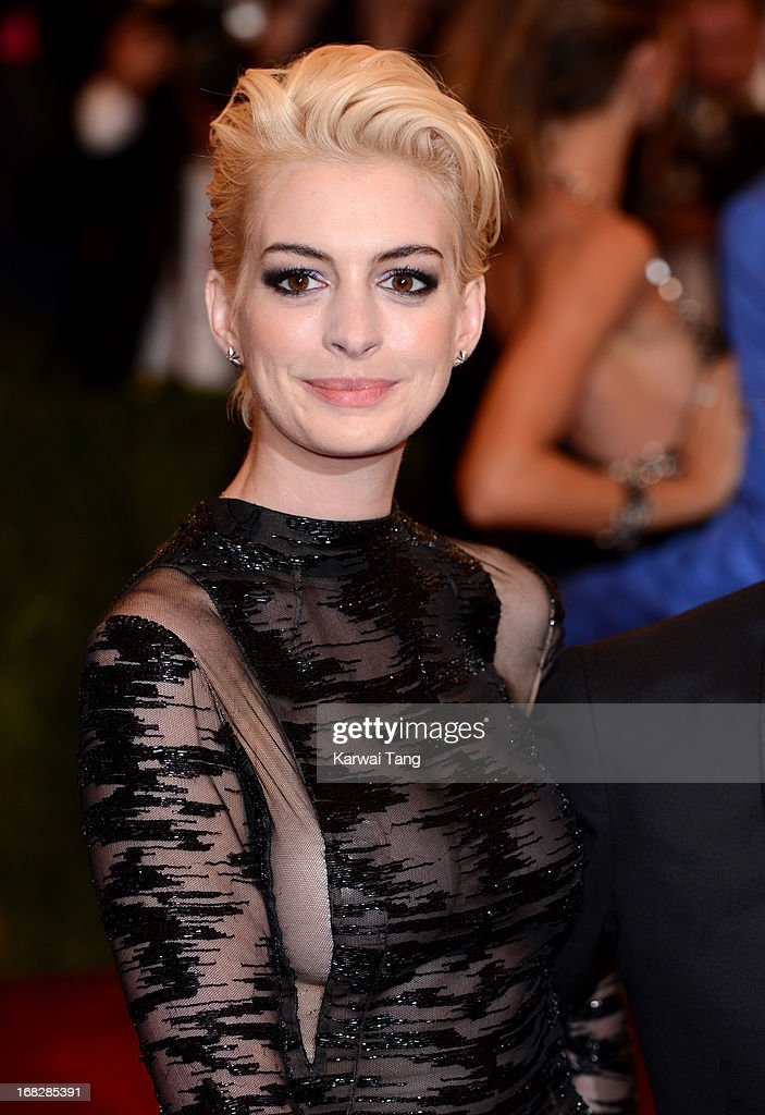 <a gi-track='captionPersonalityLinkClicked' href=/galleries/search?phrase=Anne+Hathaway+-+Actriz&family=editorial&specificpeople=11647173 ng-click='$event.stopPropagation()'>Anne Hathaway</a> attends the Costume Institute Gala for the 'PUNK: Chaos to Couture' exhibition at the Metropolitan Museum of Art on May 6, 2013 in New York City.