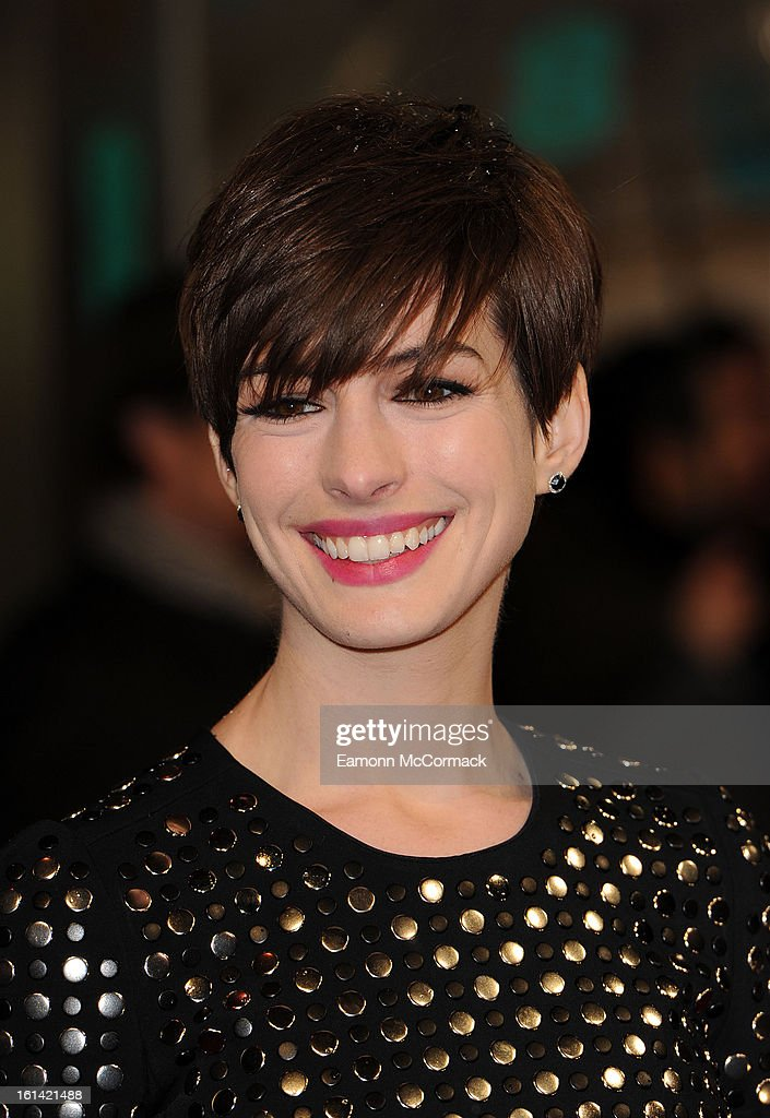 <a gi-track='captionPersonalityLinkClicked' href=/galleries/search?phrase=Anne+Hathaway+-+Atriz&family=editorial&specificpeople=11647173 ng-click='$event.stopPropagation()'>Anne Hathaway</a> attends the EE British Academy Film Awards at The Royal Opera House on February 10, 2013 in London, England.