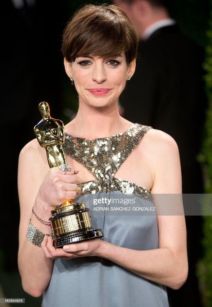 Anne Hathaway carrying her Oscar for best supporting actress arrives for the 2013 Vanity Fair Oscar Party on February 24, 2013 in Hollywood, California. AFP PHOTO / ADRIAN SANCHEZ-GONZALEZ