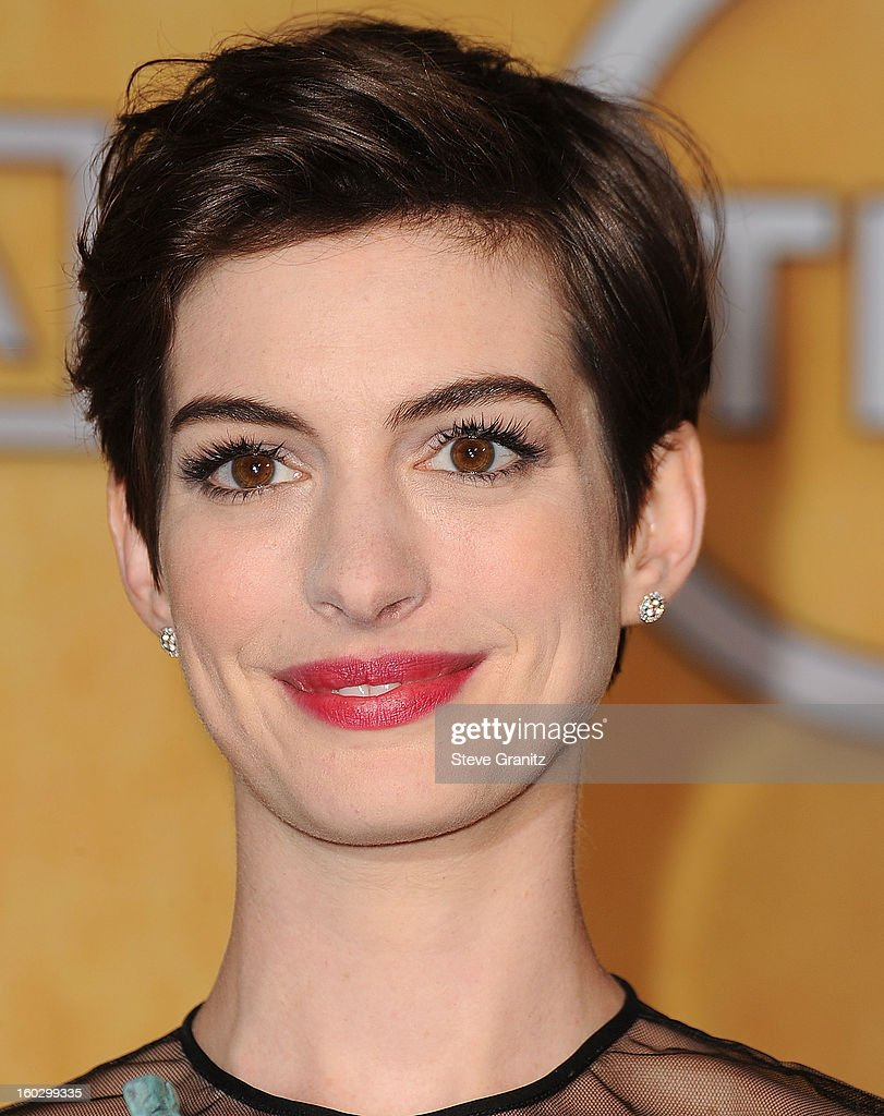Anne Hathaway poses at the 19th Annual Screen Actors Guild Awards at The Shrine Auditorium on January 27, 2013 in Los Angeles, California.