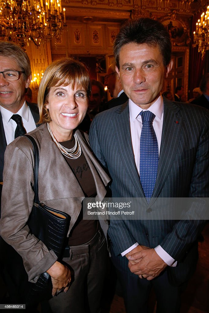 <a gi-track='captionPersonalityLinkClicked' href=/galleries/search?phrase=Anne+Lauvergeon&family=editorial&specificpeople=593162 ng-click='$event.stopPropagation()'>Anne Lauvergeon</a> and CEO AXA Henri de castries attend Xavier Darcos receives 'L'Epee d'Academicien' in Paris on October 1, 2014 in Paris, France.