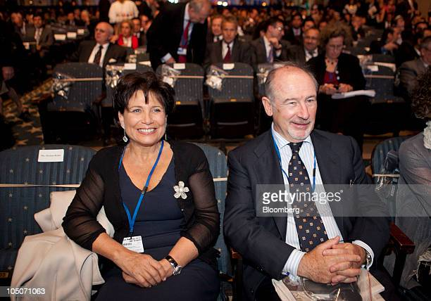Anne Sinclair wife of Dominique StraussKahn managing director of the International Monetary Fund sits next to Rodrigo de Rato former managing...