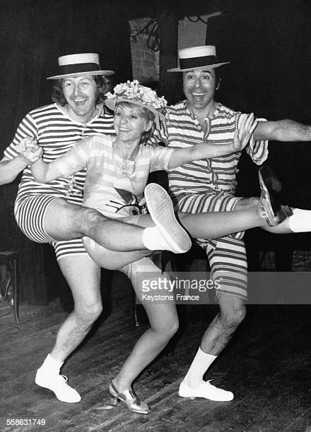 Annie Cordy en baigneuse avec deux danseurs sans son nouveau spectacle au célèbre cabaret La Tête de l'Art à Paris France le 21 février 1970