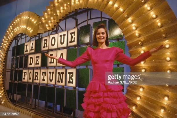 Annie Pujol presente le jeu tlevise 'La Roue de la fortune' sur TF1 en fevrier 1988 a Paris France