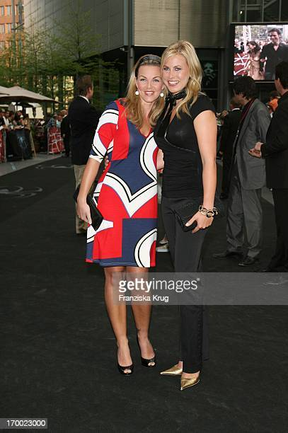 Annika Kipp And Nadine Kruger At The Arrival To In Premiere At Berlin 250407 'Spider Man 3'