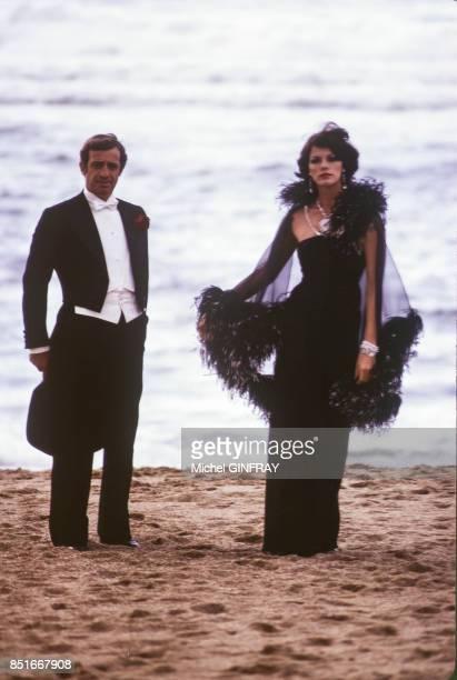 Anny Duperey et JeanPaul Belmondo lors du tournage du film 'Stavisky' en octobre 1973 à Biarritz France