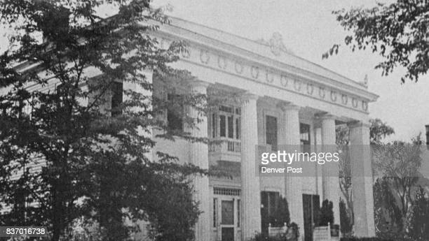 DEC 4 1962 DEC 16 1962 4 Another town house the 2story Small mansion in Macon Georgia combines square end nil Jars with Doric columns to support a...