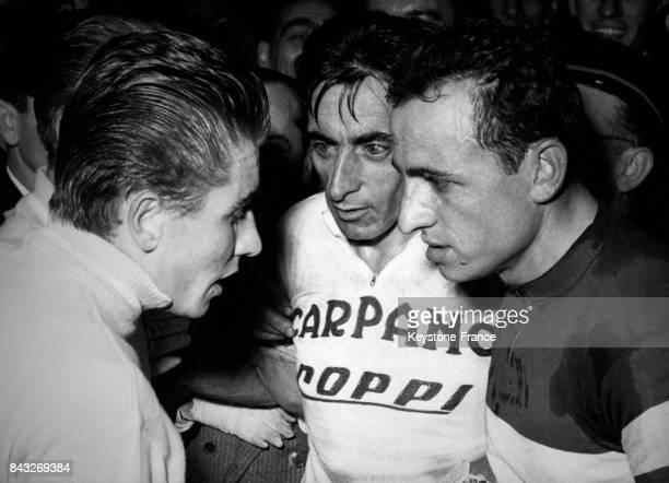 Anquetil à gauche discutant avec Coppi et Baldini juste après la course à Milan Italie le 4 novembre 1957