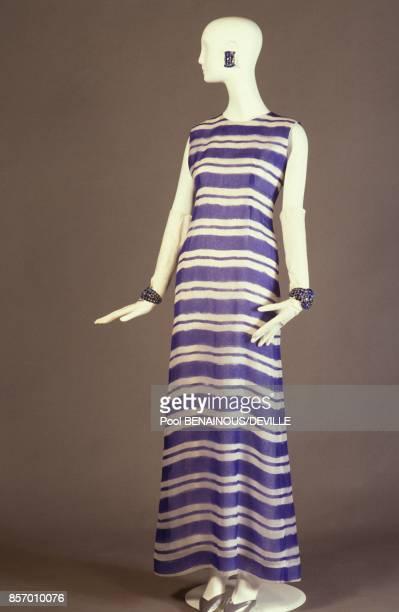 40 ans de creations du styliste Hubert de Givenchy fourreau en organza porte par la Duchesse de Windsor en 1966 en septembre 1991 a Paris France