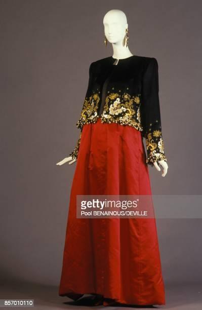 40 ans de creations du styliste Hubert de Givenchy veste en satin noir robe en organza noir avec jupe en satin rouge en septembre 1991 a Paris France