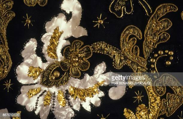40 ans de creations du styliste Hubert de Givenchy veste en satin noir robe en organza noir avec jupe en satin rouge detail en septembre 1991 a Paris...