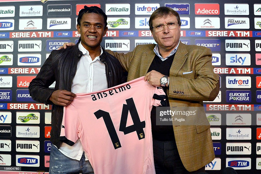 Anselmo de Moraes poses showing his new team shirt with Palermo CEO Pietro Lo Monaco during his presentation as new player of Palermo at Campo...