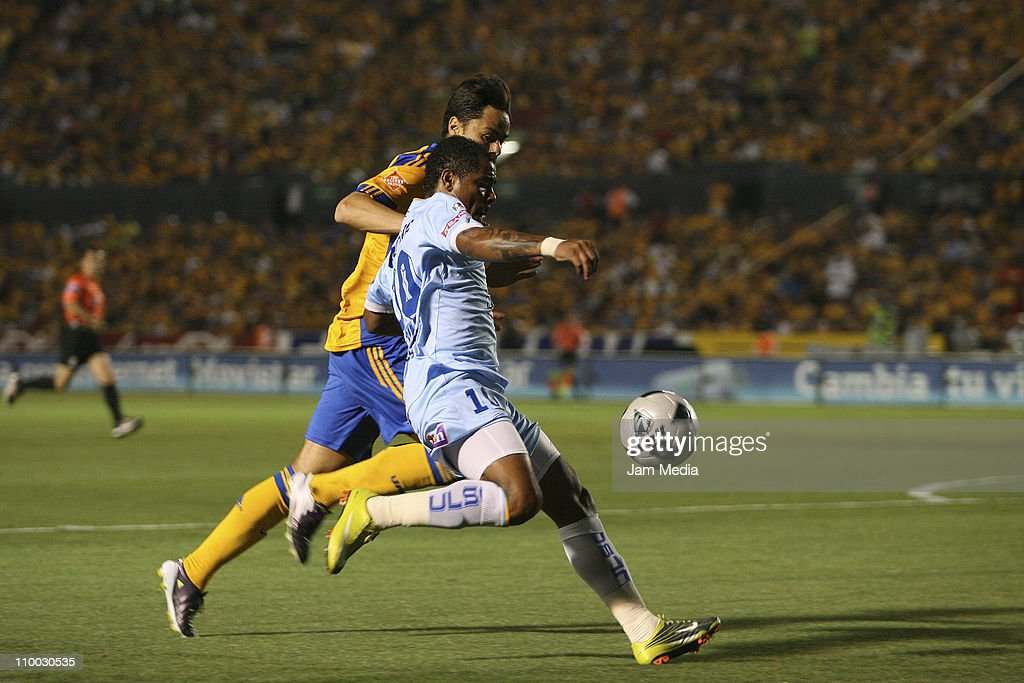 Anselmo Vendrechovski (L) of Tigres struggles for the ball with Wilmer Aguirre (R) of San Luis during a match as part of the Clausura 2011 Tournament in the Mexican Football League at Universitary Stadium on March 12, 2011 in Monterrey, Mexico.