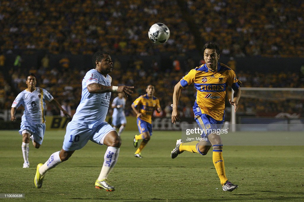 Anselmo Vendrechovski (R) of Tigres struggles for the ball with Wilmer Aguirre (L) of San Luis during a match as part of the Clausura 2011 Tournament in the Mexican Football League at Universitary Stadium on March 12, 2011 in Monterrey, Mexico.