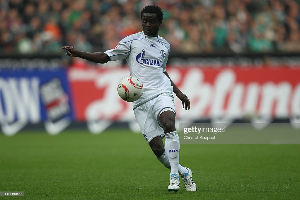<a gi-track='captionPersonalityLinkClicked' href=/galleries/search?phrase=Anthony+Annan&family=editorial&specificpeople=646720 ng-click='$event.stopPropagation()'>Anthony Annan</a> of Schalke runs with the ball during the Bundesliga match between SV Werder Bremen and FC Schalke 04 at Weser Stadium on April 16, 2011 in Bremen, Germany.