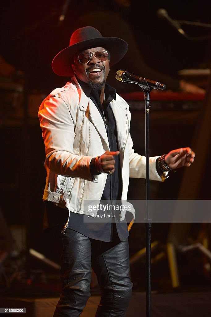 Anthony Hamilton performs onstage at Broward Center for the Performing Arts on October 27, 2016 in Fort Lauderdale, Florida.
