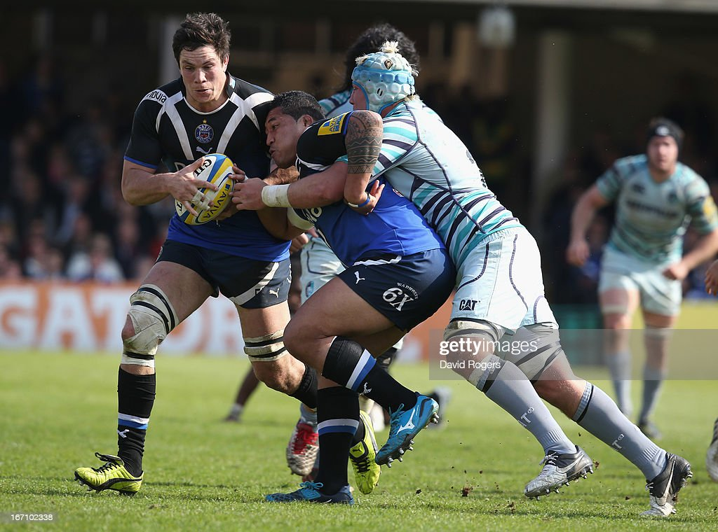 Anthony Perenise of Bath offloads the ball to <a gi-track='captionPersonalityLinkClicked' href=/galleries/search?phrase=Francois+Louw&family=editorial&specificpeople=4389467 ng-click='$event.stopPropagation()'>Francois Louw</a> to score the match winning try during the Aviva Premiership match between Bath and Leicester Tigers at the Recreation Ground on April 20, 2013 in Bath, England.
