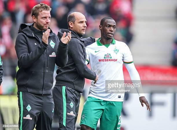 Anthony Ujah of Bremen celebrates his team's first goal with Head coach Viktor Skripnik during the Bundesliga match between 1 FSV Mainz 05 and Werder...