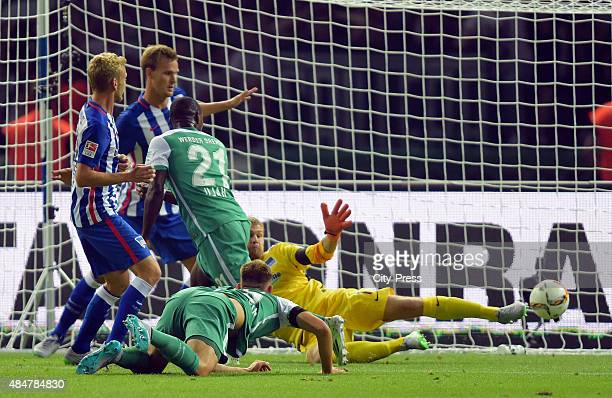 Anthony Ujah von Werder Bremen erzielt das Tor zum 11 whrend des Spiels zwischen Hertha BSC und Werder Bremen am in Berlin Deutschland