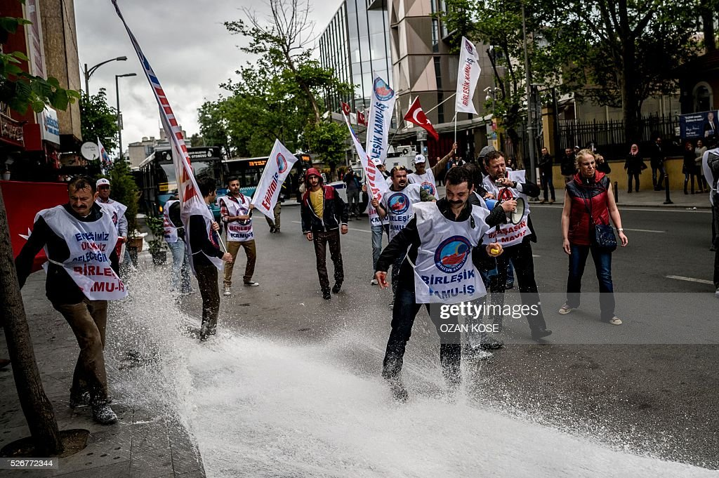 Anti riot police use water cannons to disperse protestors during clashes during a May Day rally in Sisli, a district of Istanbul, on May 1, 2016. Turkish labour activists and leftists marked the annual May Day holiday, with thousands of security deployed and bracing for trouble after the authorities refused to allow protests in central Taksim Square. / AFP / OZAN