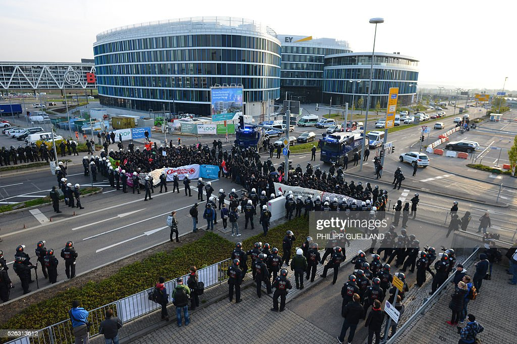Anti-AFD protesters and police forces face during a rally of the German right wing party AfD (Alternative fuer Deutschland) at the Stuttgart Congress Centre ICS on April 30, 2016. Protesters tried to block the access to the party conference of the 'Alternative Fuer Deutschland' (Alternative for Germany) with around 400 being taken into custody. / AFP / Philipp GUELLAND