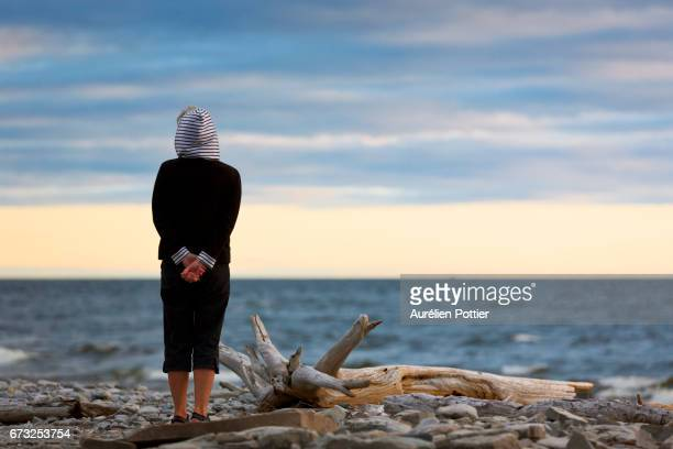 Anticosti, Woman looking at sea