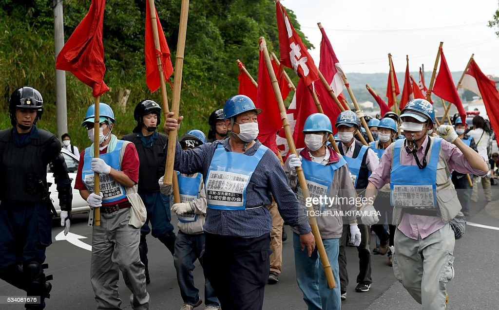 Anti-G7 summit protesters stage a demonstration march in Shima city, Mie prefecture on May 25, 2016, attended by some 28 protesters. Japan is on high-alert ahead of a Group of Seven summit with thousands of police on the streets of Tokyo and fanning out across the country as authorities boost security to unprecedented levels. / AFP / TOSHIFUMI