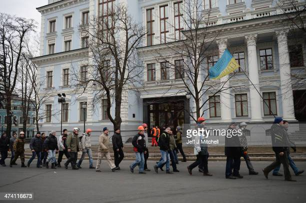 Antigovernment protestors guard the streets next to the Presidential offices on February 22 2014 in Kiev Ukraine The offices of Ukrainian President...