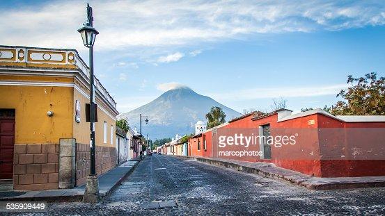 Antigua,Guatemala,architecture,volcan,rue. : Stock Photo