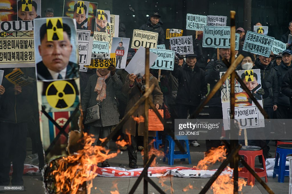 Anti-North Korean activists hold banners and shout slogans as they protest the latest nuclear test and rocket launch by Pyongyang, in Seoul on February 11, 2016. South Korea said it would suspend operations at the Kaesong joint industrial complex in North Korea to punish Pyongyang for its latest rocket launch and nuclear test. AFP PHOTO / Ed Jones / AFP / ED JONES