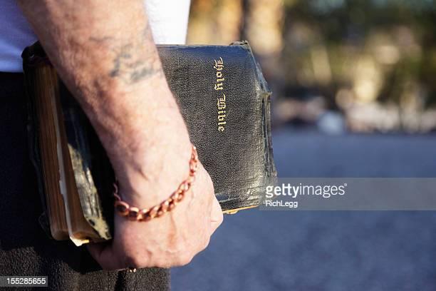 Alte Bibel in der Hand