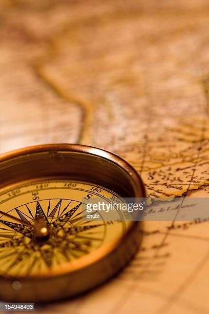 Antique boussole sur une carte