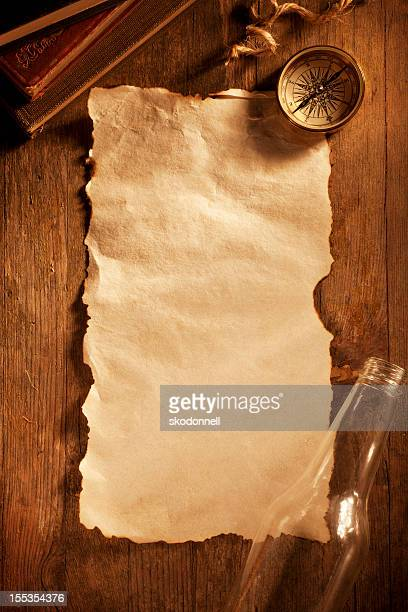 Antikes Papier auf einem Holztisch
