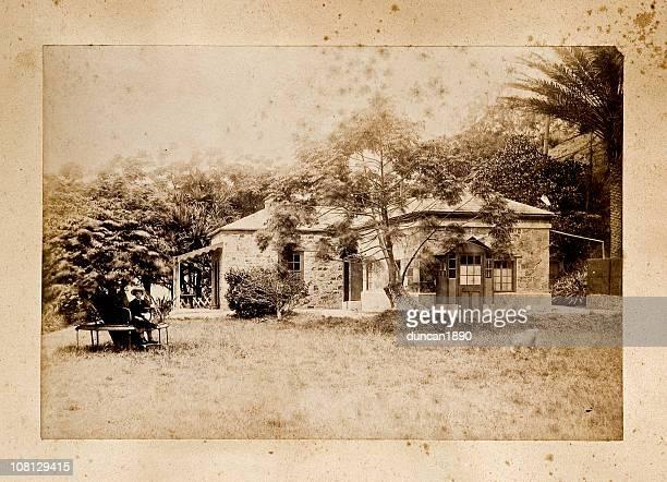 Alte Foto von alten Haus mit jungen Mädchen im Freien