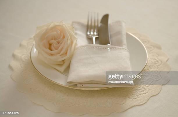 De Table Antique sur un napperon dentelle