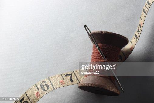 Antico filo e ago con un metro a nastro : Foto stock