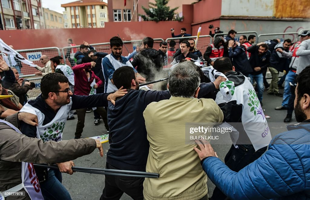 Anti-riot police clash with protestors during a May Day rally in Bakirkoy, a district of Istanbul, on May 1, 2016. Turkish labour activists and leftists marked the annual May Day holiday, with thousands of security deployed and bracing for trouble after the authorities refused to allow protests in central Taksim Square. / AFP / BULENT