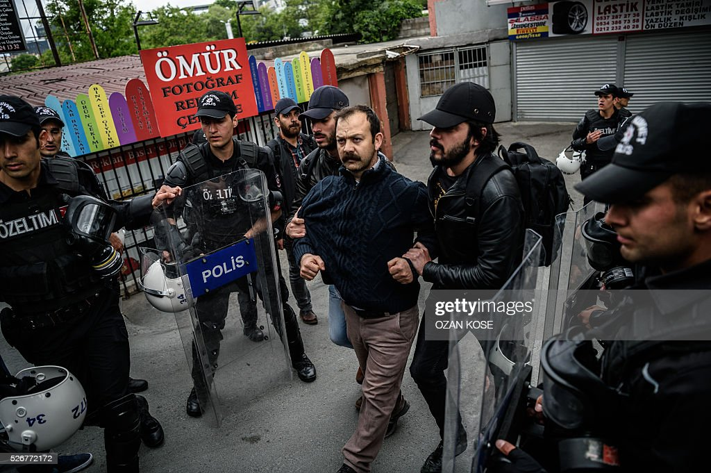 Anti-riot police detain a demonstrator during a May Day rally in Sisli, a municipality of Istanbul, on May 1, 2016. Turkish labour activists and leftists marked the annual May Day holiday, with thousands of security deployed and bracing for trouble after the authorities refused to allow protests in central Taksim Square. / AFP / OZAN
