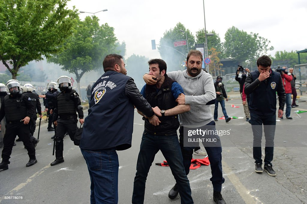 Anti-riot police detain a protestor during a May Day rally in Bakirkoy, a district of Istanbul, on May 1, 2016. Turkish labour activists and leftists marked the annual May Day holiday, with thousands of security deployed and bracing for trouble after the authorities refused to allow protests in central Taksim Square. / AFP / BULENT