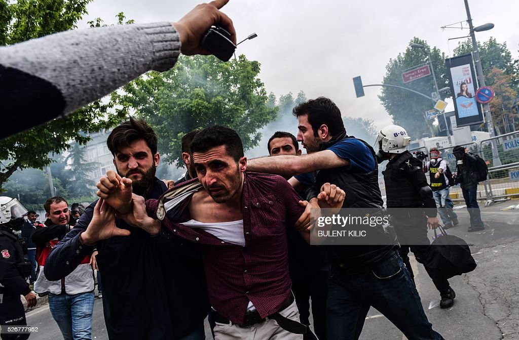 Anti-riot police detain a protestor during clashes at a May Day rally in Bakirkoy, a district of Istanbul, on May 1, 2016. Turkish labour activists and leftists marked the annual May Day holiday, with thousands of security deployed and bracing for trouble after the authorities refused to allow protests in central Taksim Square. / AFP / BULENT