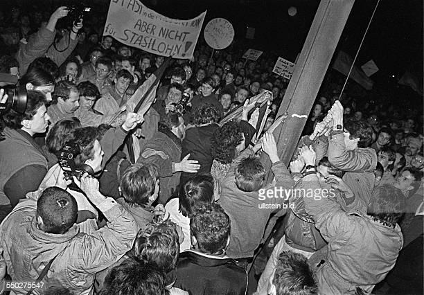 AntiStasiDemo vor der Volkskammer einige versuchen die Fahne der Deutschen Demokratischen Republik herunter zu reissen es wird damals noch fuer...